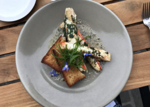 A dish of crab in garlicbutter with toast served at restaurant Ardent